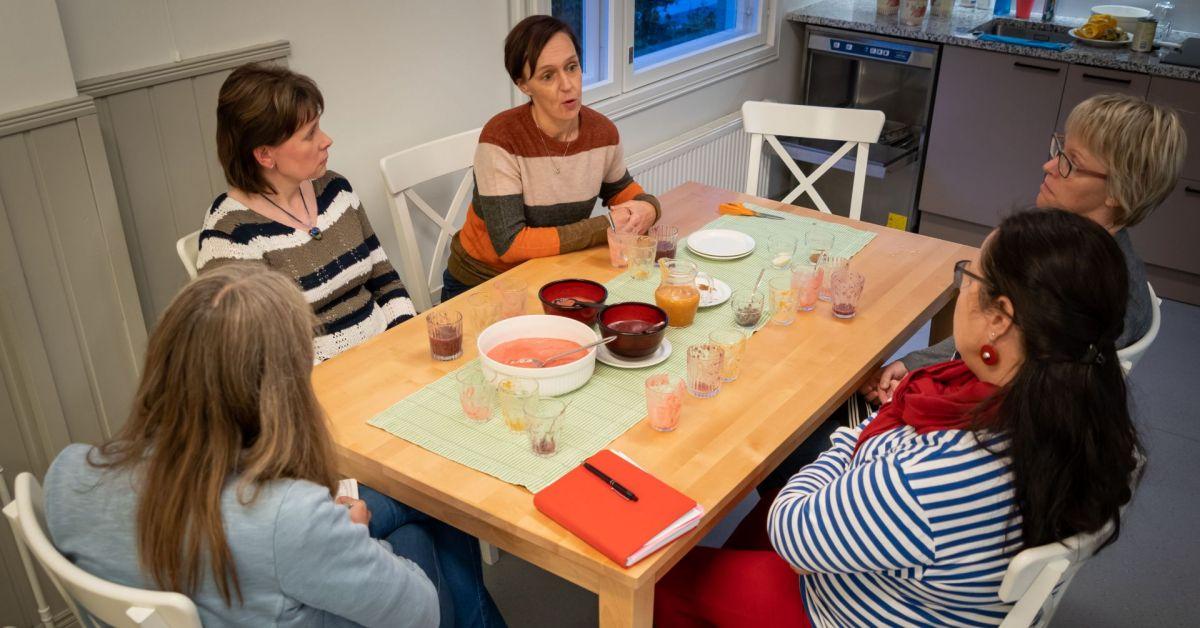 Kvinnor runt ett bord med halvtomma glas och skålar.