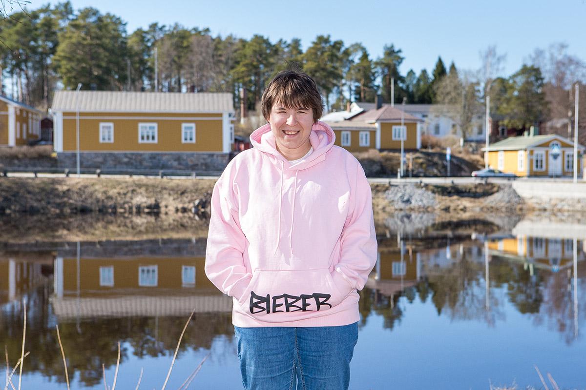 Kvinna i rosa jumper med texten Jusin Bieber.