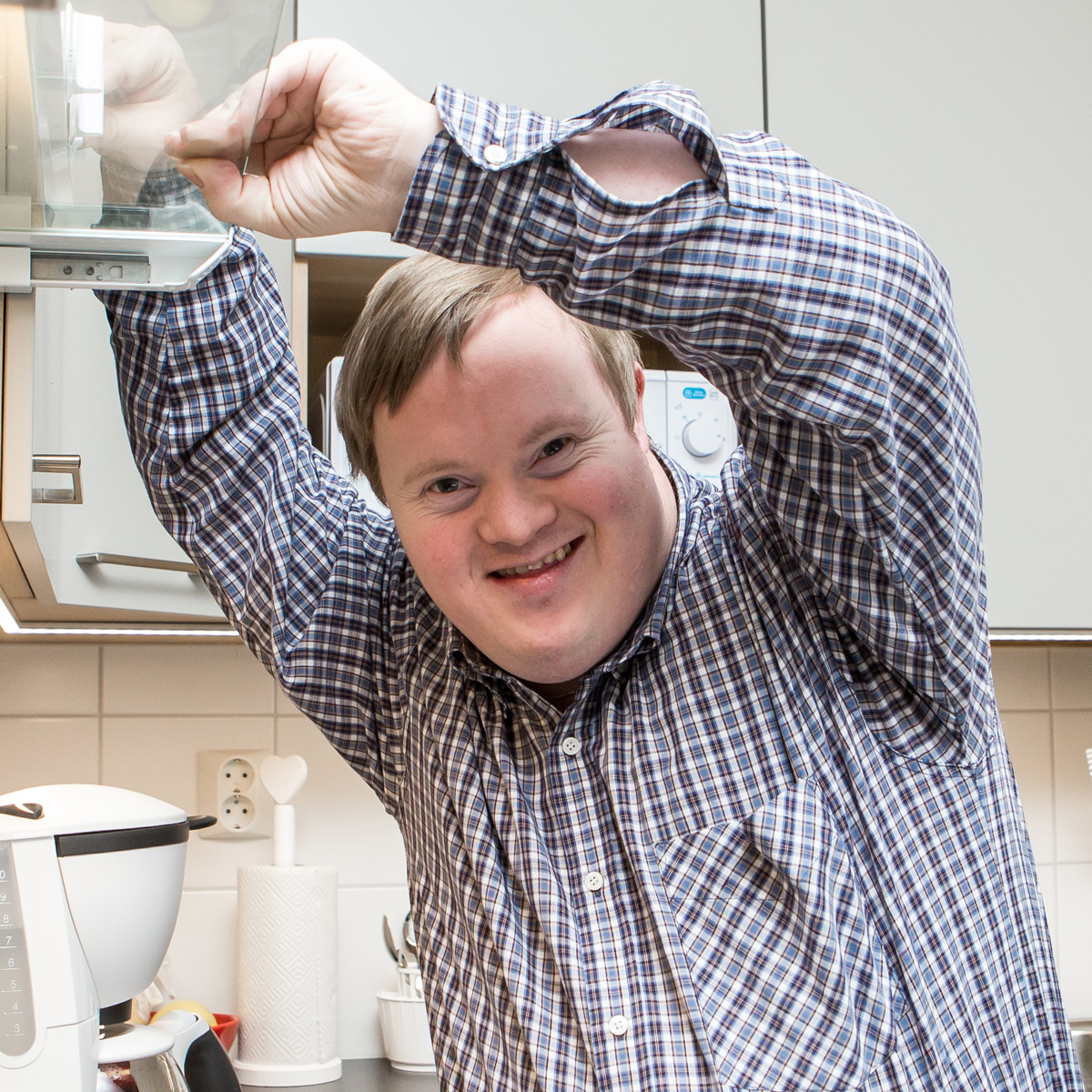 Person med downs syndrom jobbar i köket